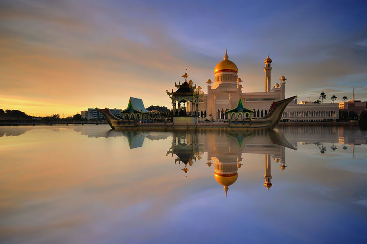 Sultan Omar Ali Saifuddin Mosque and reflection during sunset Architecture Photography Building Exterior Iron Reflection Metal Structure Mosquee Mosques Of The World Waterscape Reflections In The Water Modern Architecture Dawn Light Buildings & Sky Religion Architecture Cityscape Brunei Asian Culture Gold Minaret Religious Place Religion And Beliefs Beautiful World Miles Away Neighborhood Map The Architect - 2017 EyeEm Awards