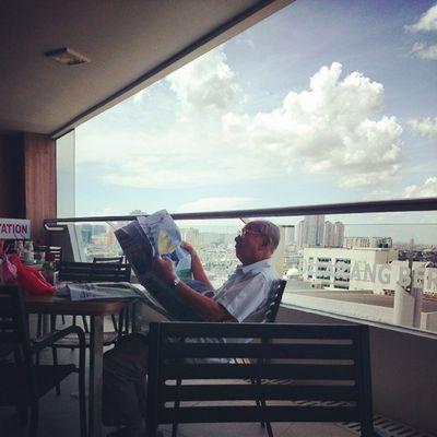 Beliau sepertinya hidup dijaman membaca masih sangat membudaya di Indonesia, sehingga kebiasaannya terbawa hingga sesenja ini...selamat membaca Opa, temukan dunia lewat matamu ketika kakimu tidak lagi kuat berjalan....:-) Kamerahpgw_Kupang Kamerahpgw Sonyxperiaz1 Xtraordinarynoya