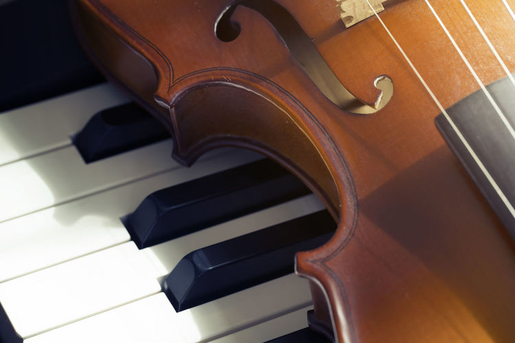 Piano keyboard with violin,top view Musical Equipment Music Musical Instrument Arts Culture And Entertainment Piano Indoors  No People Piano Key String Instrument High Angle View Close-up Still Life Violin Wood - Material Musical Instrument String Classical Music Black Color Brown Focus On Foreground Art And Craft Keyboard Instrument
