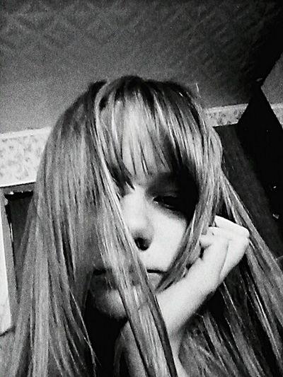 When I'm sleepy I'm sad, when I'm sad I'm sleppy. Blackandwhite Black & White Girl Picture People Watching Sad Face Sleepy Sleeppy My Sleepy Face