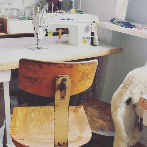 Atelier Naehmaschine Textile Industry Textile Sewing Machine Sewing Machinery Manufacturing Equipment Table Indoors  Close-up No People Day Chair Stuhl Werkstatt-Atelier Werkstatt