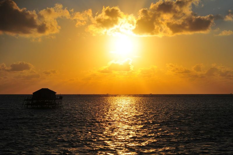 EyeEm Selects EyeEmBestPics Mood Sunrise Sunrise_sunsets_aroundworld Warm Summer Illustration Orange Water Sea Sunset Gold Colored Sunlight Sun City Silhouette Reflection Beach Seascape Romantic Sky Island Sunbeam Atmospheric Mood Dramatic Sky Ocean Moody Sky Streaming