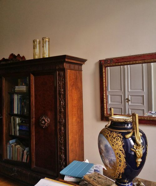 A part of interior Elégance Luxury Indoors  Home Showcase Interior Books Bookcase Vase Meissener Porcelain Antique Anchient Antique Furniture Mirror Interior Porcelain  Antique Mirror Antique Bookcase No People Design Wealth
