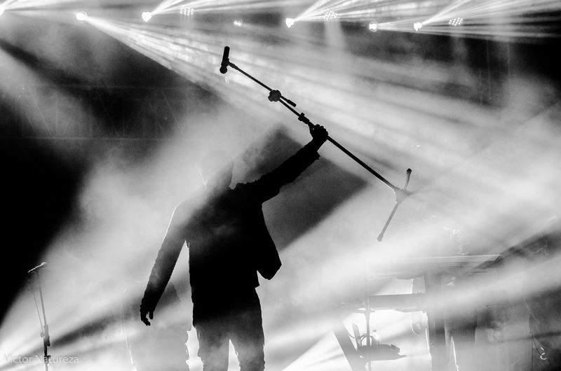 Show do Biquíni Cavadão no Planeta Rock 2016 Rock Rocknacional Luz Sombra Live Biquinicavadao Show Pb Petroebranco Black Blackandwhite Rocknacional Luz Ice Rink Water Men Skill  Competitive Sport Full Length Motion Sport Athlete Competition