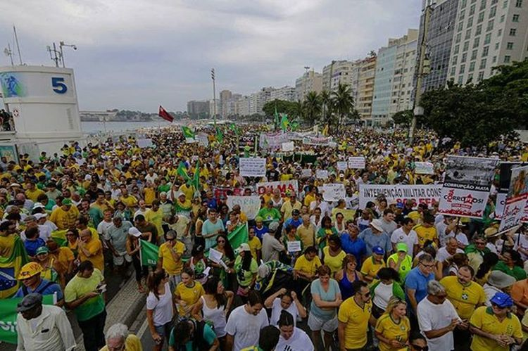 Protest outside Dilma Rousseff, in Rio de Janeiro, Brazil. . Foto: Ale Silva Photography Photo Pics Hashtagsgen Picture Snapshot Picoftheday Foradilma Forapt Focofixo NYC Photooftheday Color All_shots Exposure Composition Focus Capture Moment Photographer Canon Canon_official Everydayusa Composition Focus everydaybrasil capture everydayeverywhere