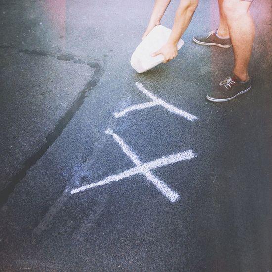 Я рисую белым мелом на асфальте слово Xyz 3D Art Spb