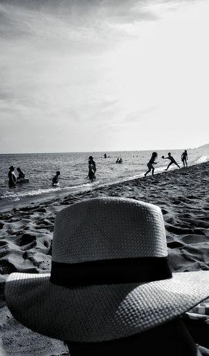 En la playa My Best Photo Showcase June Sea And Sky Enjoying Life Enjoying The Sun Enjoying Nature Enjoying The View Bnw_collection Bnw_captures Bnw Photography EyeEm Bnw From My Point Of View Sea Beach Beach Day Beach View