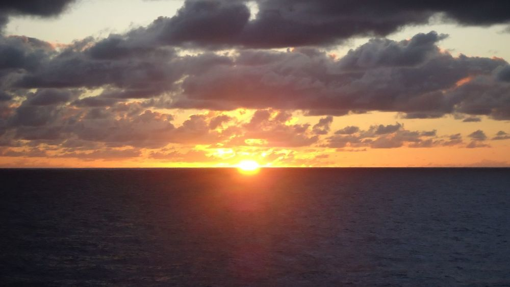 Beau coucher de soleil sur Tahaa en Polynésie.