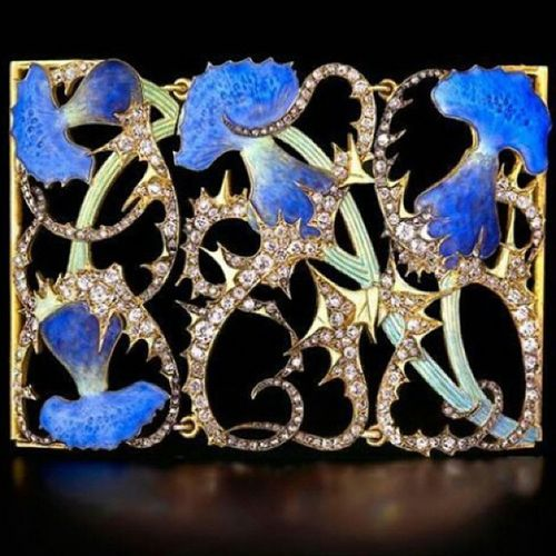 Lalique mucevherlerinin gorkemi...Bir mucevherin sahip olmasi gereken tum ozelliklere sahip basta kopyalanamaz oluslari!The Splendors of René Lalique's Art Nouveau Jewelry... Thistle motif Choker center by René Lalique . Gold , Diamonds , cast Glass , and Enamel . Artnouveau Jewellery Jewelry Aboutjewelry Jewelleryporn Jewelryaddict Blogger Instafashion Hautejoaillerie Pieceofart Fashion Stylish Luxury