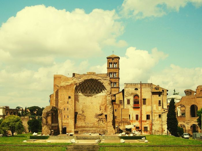 Rome Rom Rome Italy Italy Italia Italian Ruine Ruined Building Ruined Eyeem Urban Shots Urbanphotography The Tourist Traveling Travel Photography Travel Eyeem Travel EyeEm Traveling EyeEm Travel Photography Urban Clouds Blue Sky Green Wiese  Alt Old