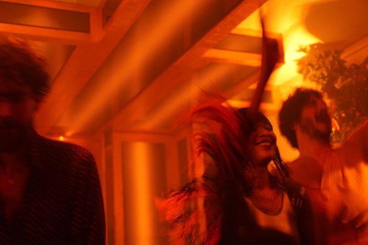 Cliché parisien - desordem e progresso (day 345) (Fall legacy, December 2016, La Mano, Paris) Urban Playground Cliché Parisien La Mano Performance Light And Shadow Parisian Cliché Portrait Of People Storytelling Urban Lifestyle Nightlife Arts Culture And Entertainment Music Portrait Of Friends Portrait Dancer Portrait Of A Woman My Fuckin Paris Urban Shadows People Dancing The Portraitist - 2017 EyeEm Awards