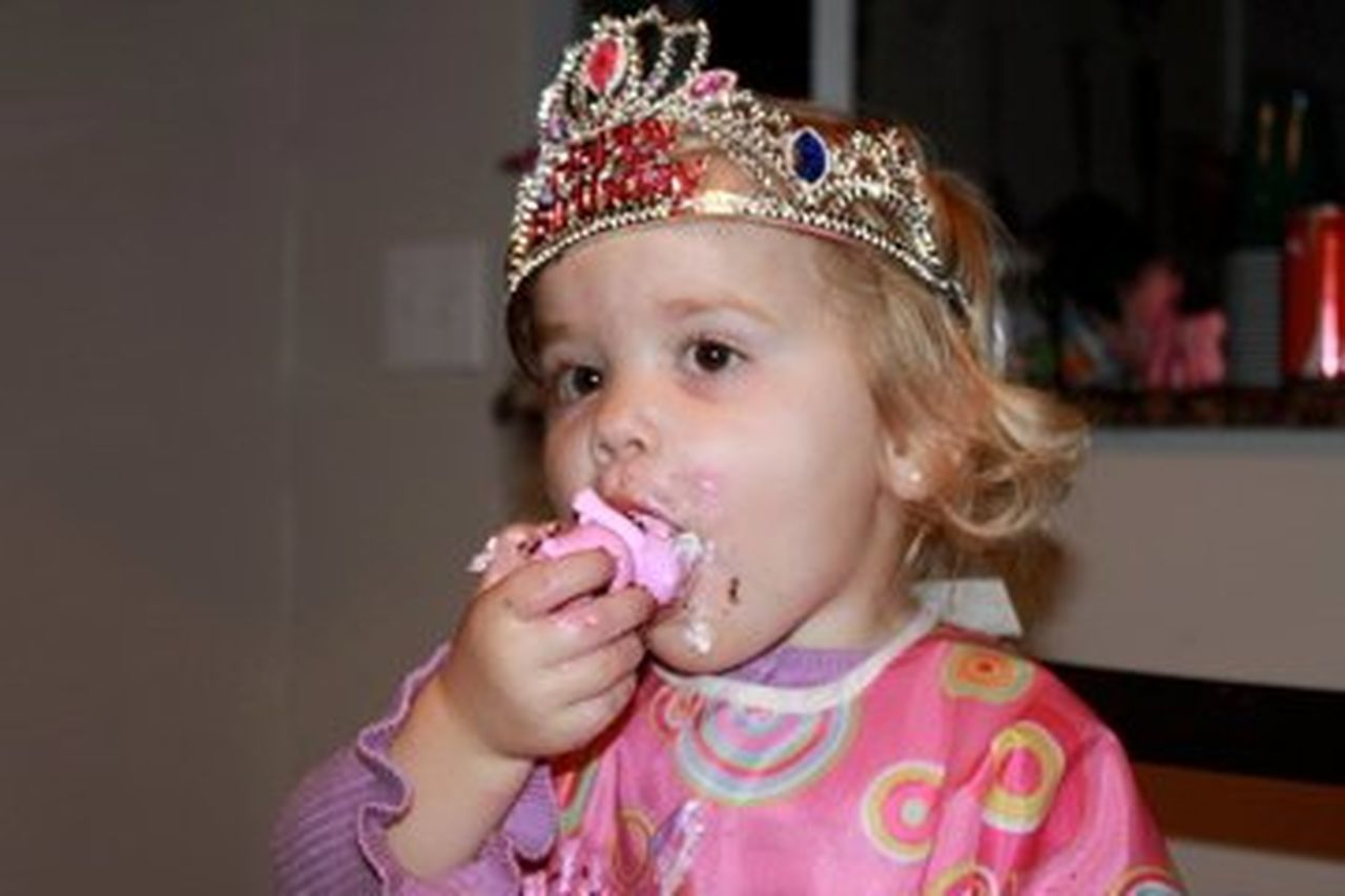 children only, one girl only, child, childhood, girls, innocence, blond hair, one person, headshot, tiara, eating, crown, people, cute, sweet food, portrait, flavored ice, indoors, day, close-up