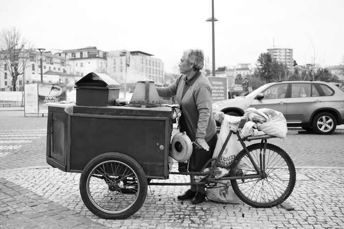 Street Land Vehicle Transportation Mode Of Transport One Man Only City Only Men Men Adults Only Outdoors Adult One Person Day People Work Chestnut Roasting Chestnuts Roasting Cooking Tradition Travail Trabalho Noir Et Blanc Black And White Preto E Branco