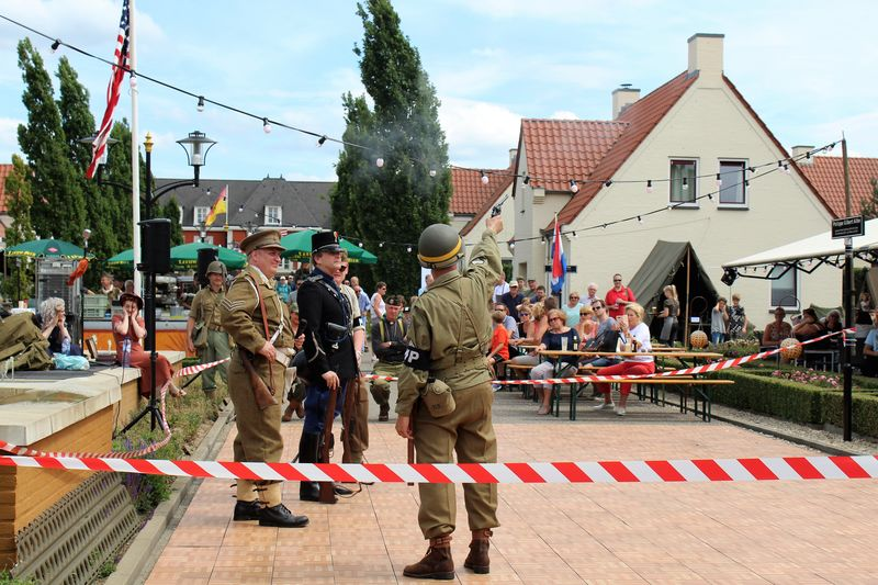 1940's 1940's Weekend 1940-1945 1940s Fashion Event Friends See What I See Singer  Soldier Soldiers WW2 Leftovers Walking Around Taking Pictures Blastfromthepast Day History Jeep Land Vehicle Outdoors Reenactment Streetphotography Vintage Ww2 Ww2 Camp Cauberg 2017 Ww2 Reenactment