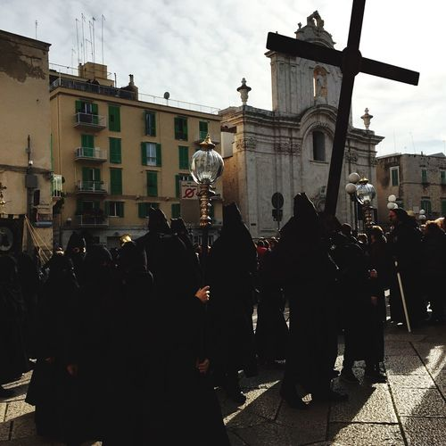 Resist Traditions in Molfetta : Jesus Christ Passion's week. Passion Jesus Christ Passionweek Easter Tradition Southernitalytraditions Molfetta Melficta Venerdìsanto Large Group Of People Details Moment Praying Religion Spirituality Jesus Cross Passionofjesus Sudtraditions