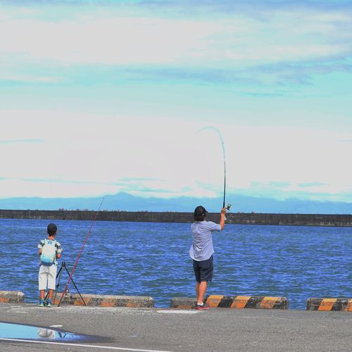 Casual Clothing Standing Two People Leisure Activity Sea Rear View Day Outdoors Water Togetherness Real People Boys Full Length Sky Nature People 焼津港 Child 釣り