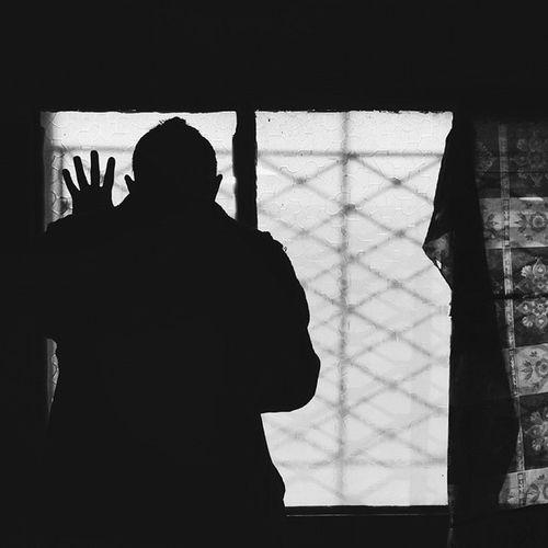اقتربت عصورنا المظلمة بالرجوع. بدأ انعماسنا فيها كخروج الاظافر من الجلد. بدأ انغماسها فينا كأضراس تنبت في اسفل الرأس. B5 Irid Jordan Vscocam Vsarabic @vs_arabic @vsco