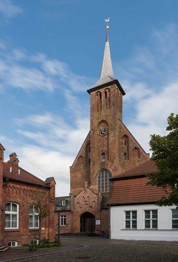 Deutsches Bernsteinmuseum Deutschland Gebäude Himmel Keine Menschen Mecklenburg-Vorpommern Ribnitz-Damgarten Turm Turmuhr Wolken In Bewegung Architektur Fassade Historisch Platz Tag