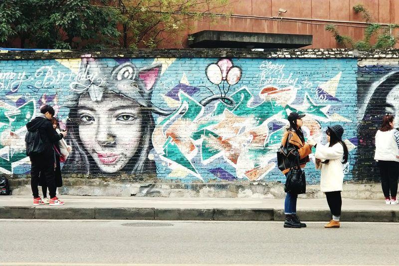 四川美术学院的涂鸦墙… 涂鸦一条街真不是盖的,满街的花花绿绿。 期待下次可以和蛋蛋一起来看艺术展。 in the new year Graffiti Street Art Multi Colored City