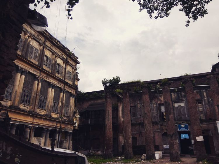 Palatial Architecture Built Structure Building Exterior Low Angle View Sky Window Cloud - Sky Cloud Obsolete Deterioration Outdoors History Day Damaged Cloudy No People Place Of Worship Exterior Façade Historic Building Architecture Kolkatadiaries Old-fashioned KolkataStreets