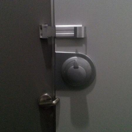 tuvalet kapisinin kilitleri!!! götünüz götümüzdür felsefesiyle calisan kurumlari seviyorum :) Wc Kilit Tuvalet