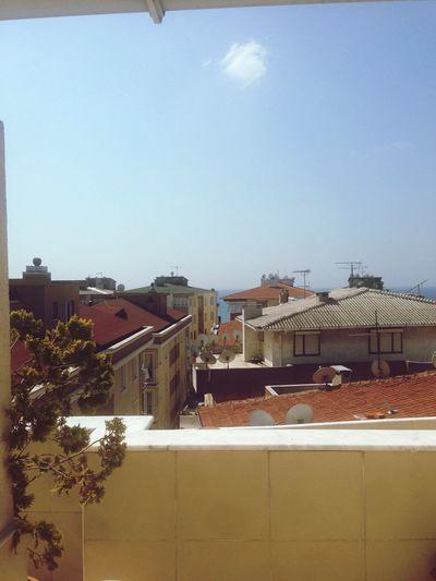 Tam görünmesede deniz görebiliyorum maviyi.. ;)