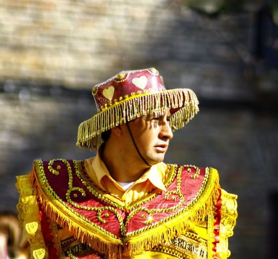 carnaval boliviano. Carnaval Bolivia People People Photography Peoplephoto Street Streetphoto Streetphotography Culturas Costumbres Colores Trajes Headwear Headshot Gold Gold Colored Portrait Close-up