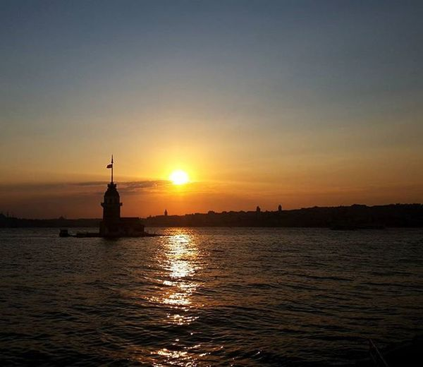 It was an ordinary evening in Istanbul🌅 Uskudar Salacak Sahil Kızkulesi Istanbuldayasam Istanbulcity Istanbulove Beach Beachphotography Beautiful Day Beautiful Sunset