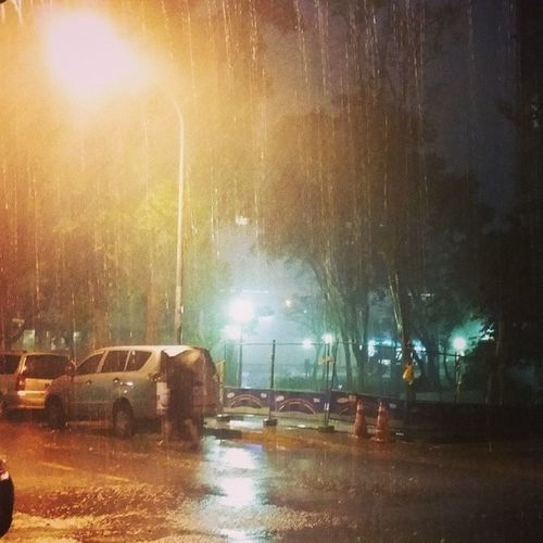 下大雨 沒雨傘 在騎樓 等雨變小 閃電 打雷好可怕 ????...