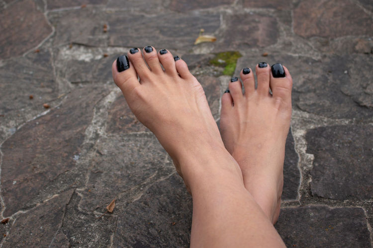Füsse lackiert Nagellack schwarz first eyeem Photo Adult barefoot Beautiful Woman Body Part Day First Eyeem Photo High Angle View Human Body Part Human Foot Human Leg Human Limb Human Toe Low Section Nail Nail Polish Nature One Person Outdoors Relaxation Rock Rock - Object Solid Toenail Women 10 10