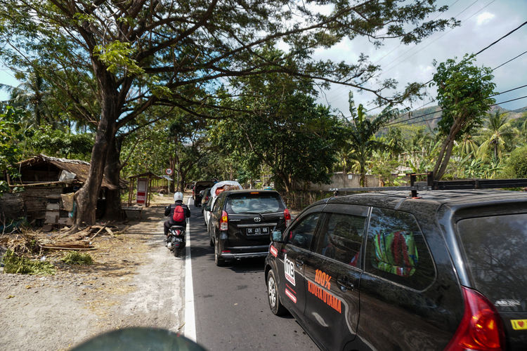 Indonesia, Lombok Island West Nusa Tenggara (NTB), on Sunday (5/8/2018) at around 6:46 p.m., the earthquake with a strength reached 7.0 on the Richter Scale (SR). The photo was taken 3 days after the earthquake along the road to North Lombok which suffered the worst damage. residents make emergency tents along the main road and wait for government assistance and donations from volunteers. the situation in Lombok is still severe, making traffic jams everywhere, scrambling for help to survive. Transportation Mode Of Transportation Car Motor Vehicle Tree Land Vehicle Plant Road Nature Day City Street Sky Damaged Travel Outdoors Incidental People Rear View Growth Stationary Lombok Lombok-Indonesia Earthquake Earthquake Area INDONESIA