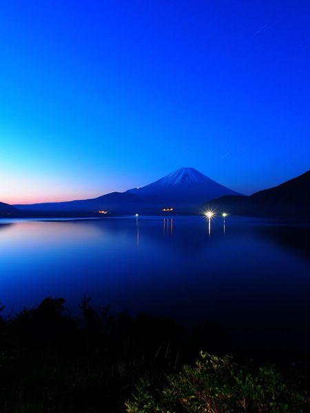 禁断症状😱 富士山 本栖湖 Blue Tranquil Scene Beauty In Nature Clear Sky Tranquility Landscape Mountain Lake Lake View  Mt.Fuji Motosuko Before Sunrise Dawn Before Dawn Yamanashi,japan 2012 Memories Olympus OM-D E-M5