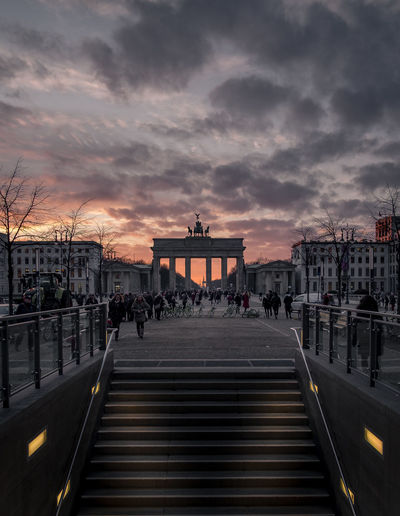 Wunderbarer Sonnenuntergang am Brandenburger Tor. Architecture Sky Sunset Built Structure Building Exterior City Nature Travel Destinations Group Of People Incidental People Orange Color Railing The Way Forward Direction Large Group Of People History Brandenburger Tor Berlin EyeEm EyeEmNewHere EyeEm Best Shots EyeEm Selects