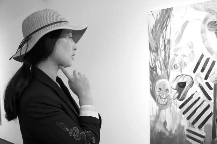 Afraid South Korea Art Museum Asian Girl Beautiful Woman Beauty Candid Insadong Naked_art Painting Passion Shy Sunglasses Wacky