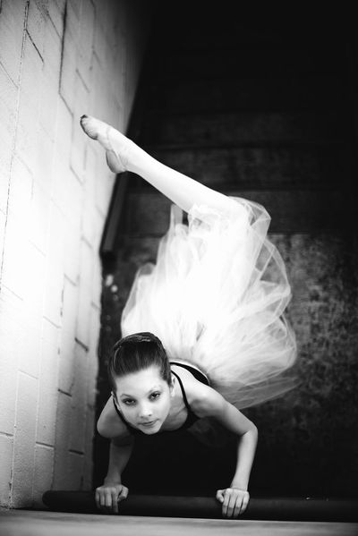 Woman Portrait Night Song Ballerina Ballett Dance Performance Capture The Moment Portrait Photography People Photography Cityscape Art Photography EyeEm Best Shots Artistic Photography Eye4photography  Inspire ExpressYourself Artistic Parallel Street Dynamic Dreaming Point Of View Cinematic Portrait Of A Woman Performing Artists