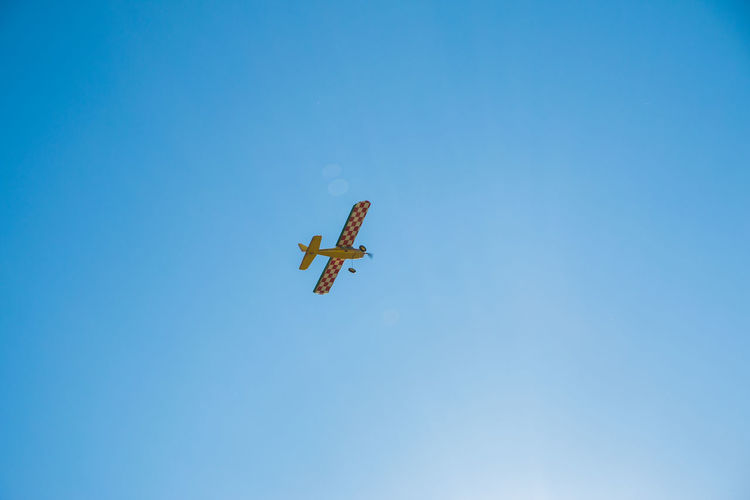 Flying Sky Low Angle View Airplane Mid-air Air Vehicle Blue Motion Mode Of Transportation Copy Space on the move Transportation Clear Sky Day No People Nature Outdoors Travel Airshow Plane Private Airplane