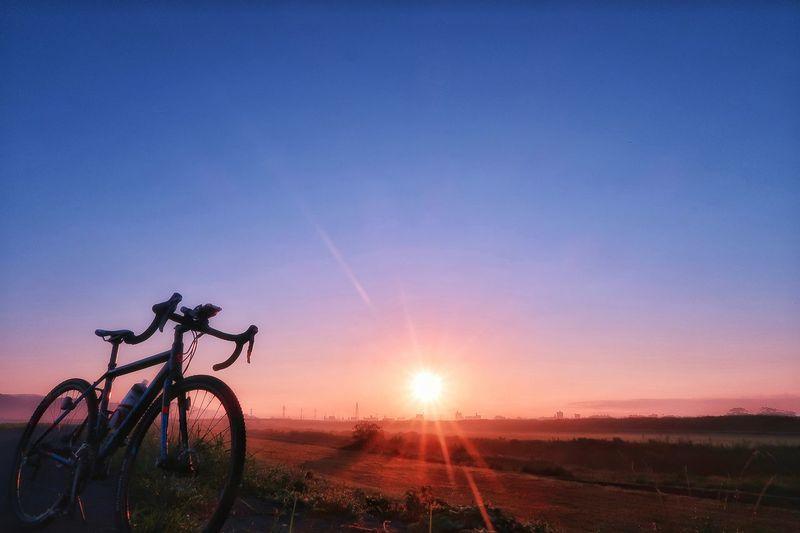 サイクリング 自転車 ロードバイク Sunrise 日の出 EyeEm Daily グラデーション 朝焼け 朝日 朝 Roadbike EyeEm Nature Lover Gradation EyeEm Daily Nature Cycling Bicycle Sky Moon EyeEm Galaxy Star - Space Tree Nature Sun Nature