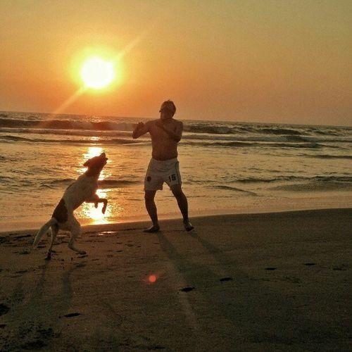 Lalito y Mapache jugando fut en la playa!