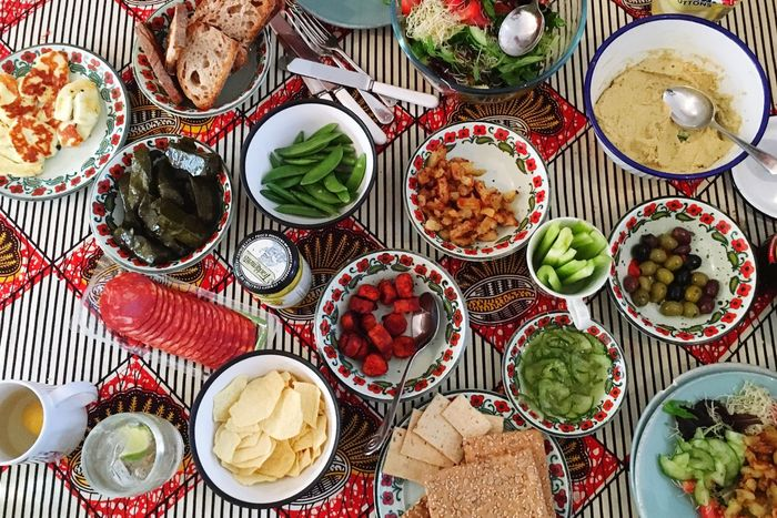 Lunch is served. Picnic perfect many little dishes of delightful nibbles Lunch Picnic Dinner Table Lunch Time! Food Glorious Food Foodphotography