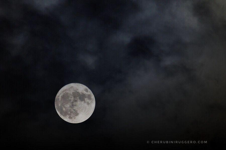 Niente paura amici, si vede la luna perfino da qui. 😜📸 Moon Sky Nature SuperLuna Superluna2016 Cherubini Ruggero