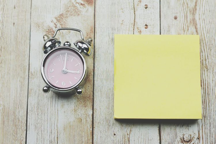 Clock and black adhesive note Copy Space Copyspace Blank Note Wooden Background Time Concept Clock Clock Face Minute Hand Time Reminder Watch Wood - Material Yellow Hour Hand Directly Above Adhesive Note To Do List Note Announcement Message