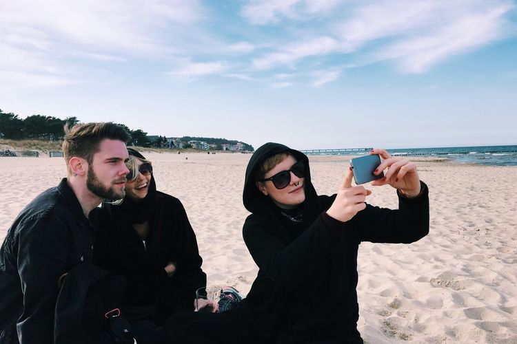 Friends Onthebeach Taking Photos Hanging Out Beach Selfie