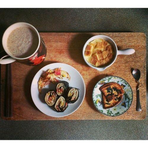 14/04/06 ::一片吐司早餐 (′▽`〃) 吐司壽司 吐司布丁 吐司餅乾 ? ? ? 就是要把一點點澱粉弄成一堆食物來吃 ? Breakfast Bread Sushiroll Pudding cracker soymilk