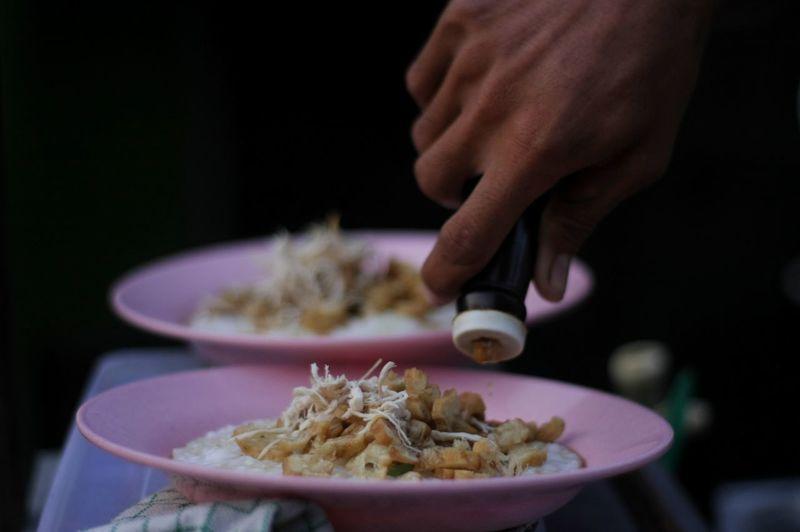 Making a chicken porridge