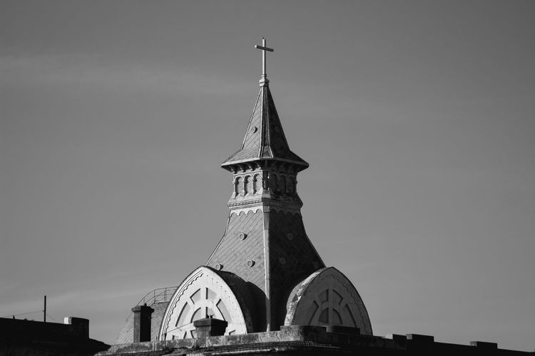 roof of a church Architecture Buenos Aires Buenos Aires 💙 Buenos Aires, Argentina EyeEmNewHere Architecture Buenos Aires Buenos Aires 💙 Buenos Aires, Argentina  The Graphic City Architecture Architecture_bw Architecturelovers Black And White Blackandwhite Bnw Bnw_captures Bnw_collection Bnwphotography Buenosaires Building Exterior Built Structure Clear Sky Minimalism Minimalist Photography  Place Of Worship Religion Sky Spirituality The Architect - 2018 EyeEm Awards