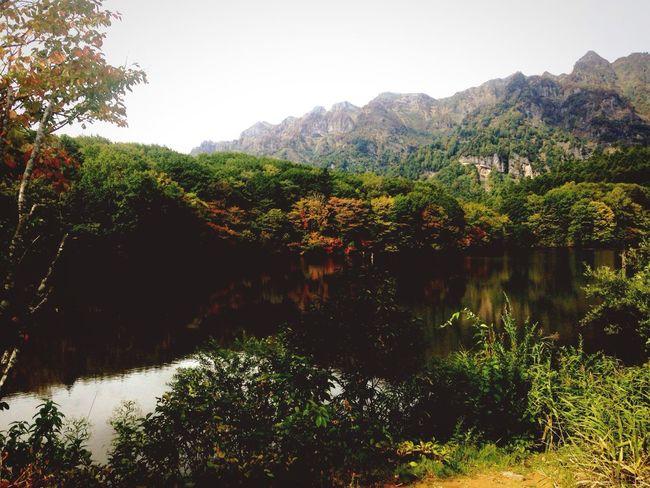 信州 戸隠高原 鏡池 寒さで紅葉🍁も進んでいます😄 japan nagano prefecture togakushi kagamiike Autumn Enjoying Life 戸隠 信州 鏡池 Lake 紅葉 Mountain Fall Beauty