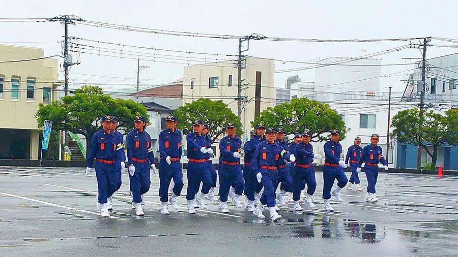 こんにちは。雨が降ったり止んだり・・・、梅雨の富士市です。今日は朝から富士市消防団の支部大会に向けての事前訓練がありました。選手の皆さん、お疲れ様でした。ボランティアとはいえ、皆、家族の理解のもと、向上心を持ち日頃の訓練に励んでいます。本番の7月9日、是非、沢山の皆さんに見て頂けたらと思います。 富士市 支部大会に向けて 富士市消防団 訓練礼式 雨の中 Ffv Fujicity