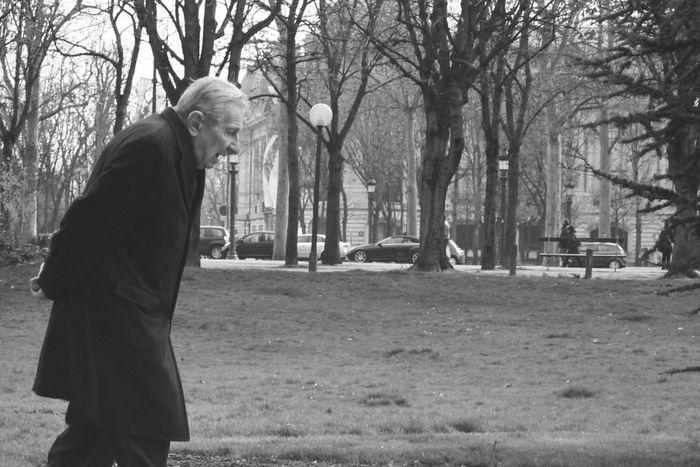 Years Filmcamera Monocrhome Blackandwhite Streetphoto_bw Streetphotography People Watching Paris Walking Around