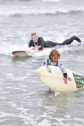 Blackies Halloween Surf Contest Series • Watch out behind you! Water Real People Day Lifestyles Nature Adventure Outdoors Sport People Beach Life Surfing Halloween Costume Halloween_Collection Halloween Costumes Astronaut Boy Dracula Man Vampire Surf Surfboard Watch Out! Look Out Behind You Photo Bomb