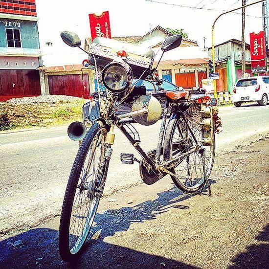 savety gowes 😄😄 . Resnapshoot Instapic Instamoment Instalike Instadaily PhonePhotography Photooftheday Moment Bicycle Onto Like4like Follwme Dontjudgeme Temanggung Java INDONESIA